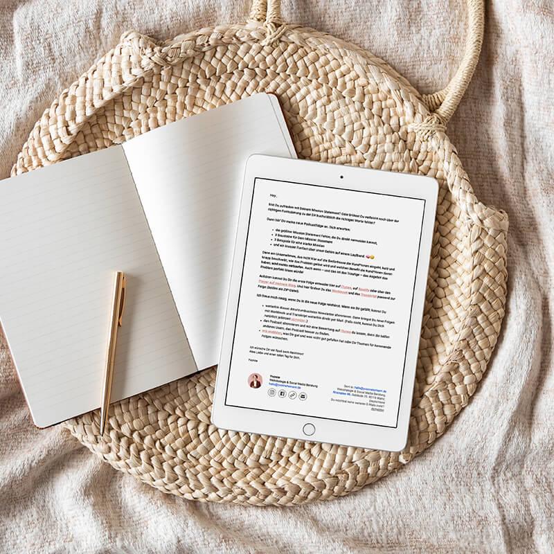 E-Mail Marketing E-Mail Liste aufbauen Yvonne Homann Content Strategie Beratung Mainz E-Mail geoeffnet auf Tablet mit Notizbuch und Stift daneben